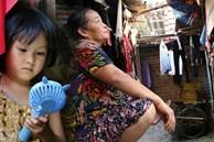 Người nghèo oằn mình trong căn phòng trọ bằng tôn cao chưa đầy 4m dưới nắng nóng 50 độ ở Hà Nội: 'Giữa trưa hơi nóng phả xuống không khác gì cái lò nướng cỡ lớn'