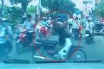 Người đàn ông dựng xe máy giữa đường thách thức tài xế ôtô