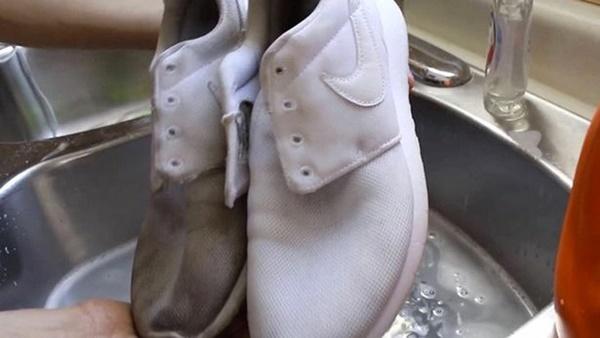 Mẹo làm sạch giày trắng như mới bằng kem đánh răng-2