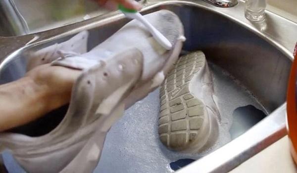Mẹo làm sạch giày trắng như mới bằng kem đánh răng-3