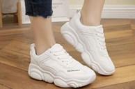 Mẹo làm sạch giày trắng như mới bằng kem đánh răng