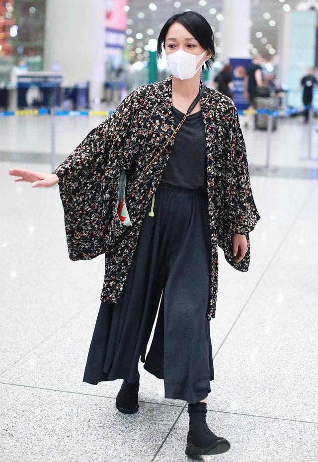 Châu Tấn bị chê diện đồ Chanel kém sang, trông như bà già ở sân bay-10