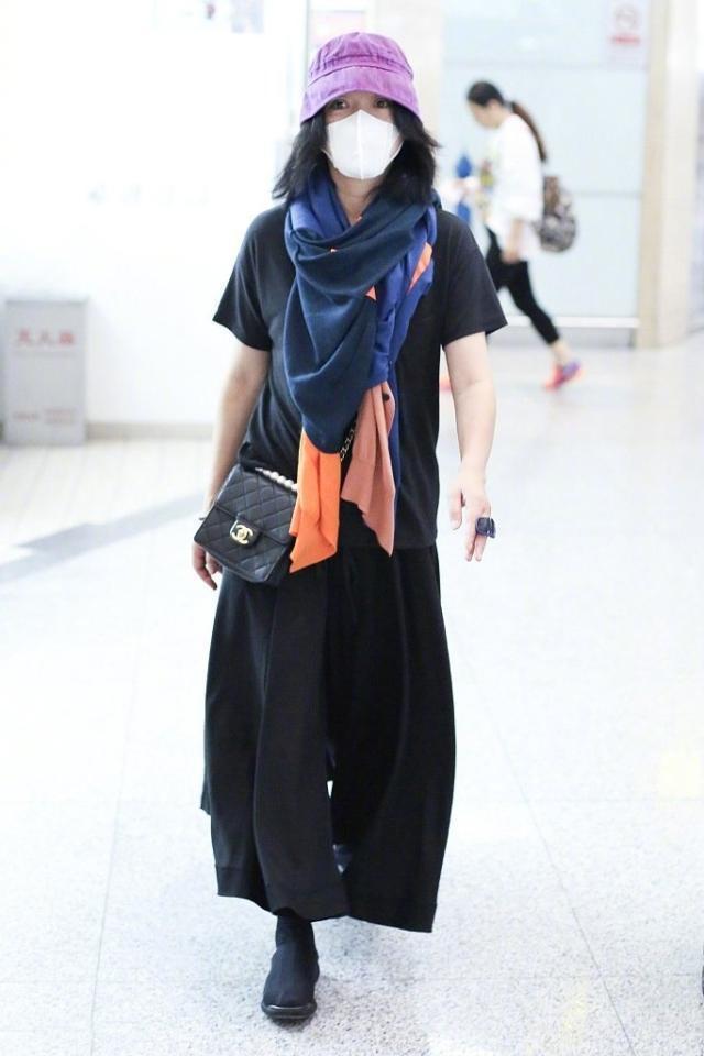 Châu Tấn bị chê diện đồ Chanel kém sang, trông như bà già ở sân bay-2