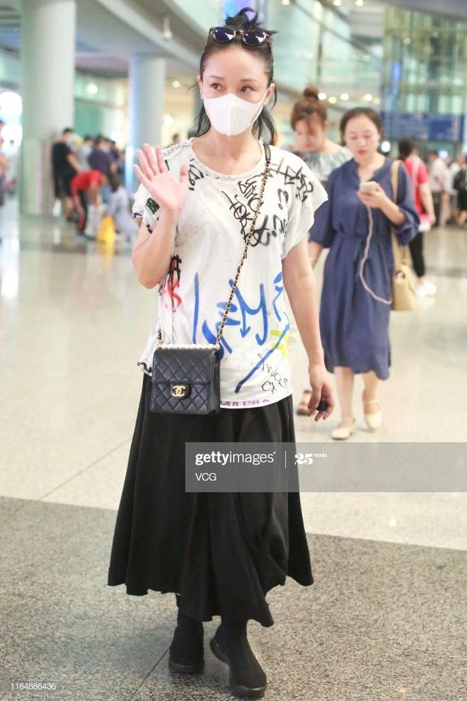 Châu Tấn bị chê diện đồ Chanel kém sang, trông như bà già ở sân bay-3