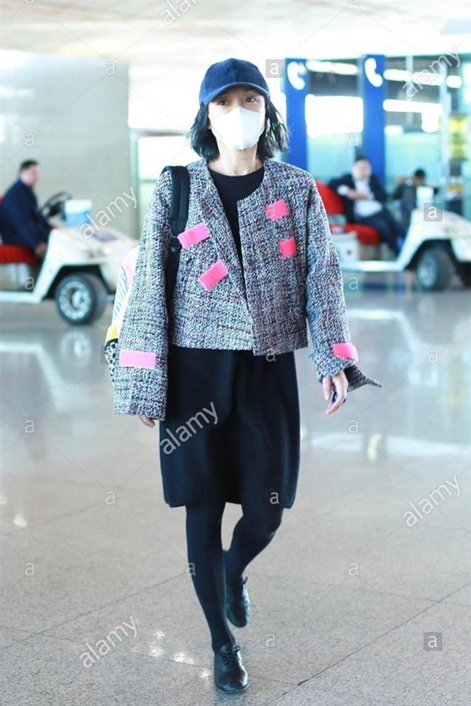 Châu Tấn bị chê diện đồ Chanel kém sang, trông như bà già ở sân bay-4