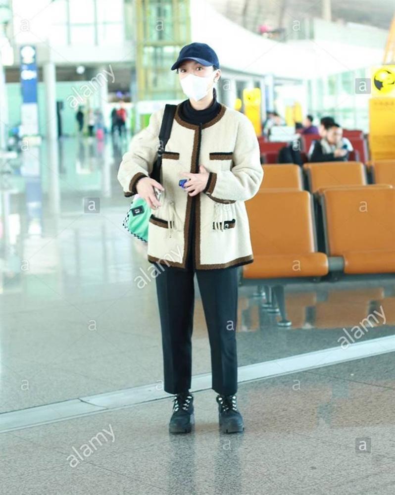 Châu Tấn bị chê diện đồ Chanel kém sang, trông như bà già ở sân bay-5