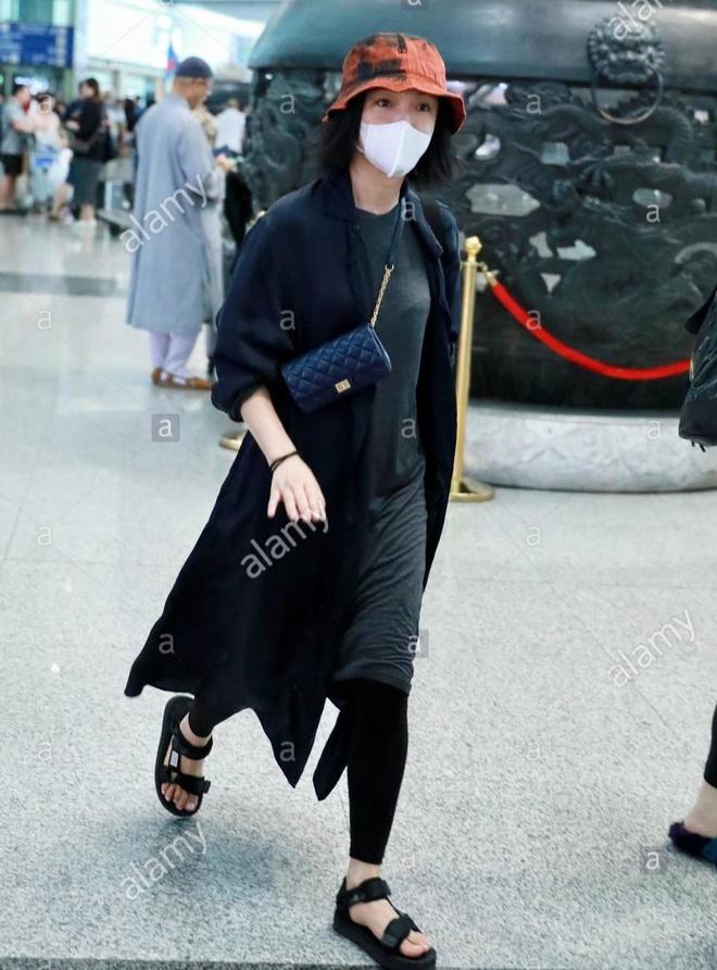 Châu Tấn bị chê diện đồ Chanel kém sang, trông như bà già ở sân bay-6