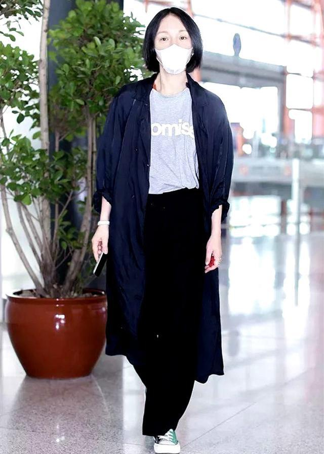 Châu Tấn bị chê diện đồ Chanel kém sang, trông như bà già ở sân bay-7