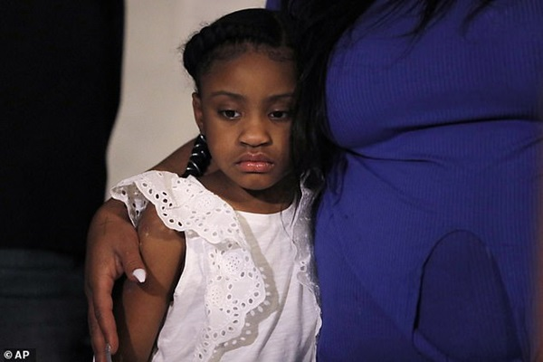 Con gái 6 tuổi của George Floyd lần đầu xuất hiện thất thần bên mẹ đang khóc nức nở: Anh ấy không còn được nhìn thấy con lớn lên nữa-2