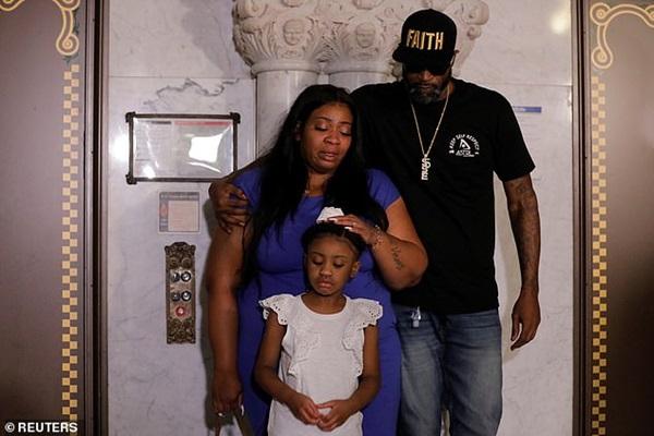 Con gái 6 tuổi của George Floyd lần đầu xuất hiện thất thần bên mẹ đang khóc nức nở: Anh ấy không còn được nhìn thấy con lớn lên nữa-4