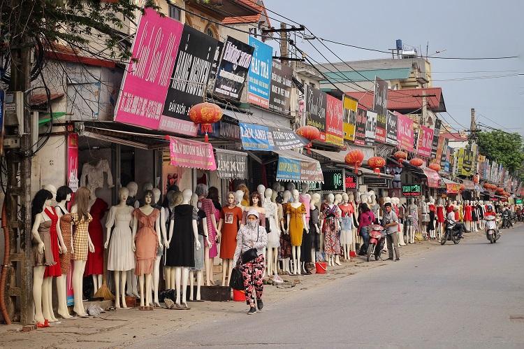 Phố chân dài độc nhất vô nhị ở Hà Nội, bán hàng theo cách không giống ai-1