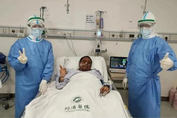 Bác sĩ từng bị đổi màu da vì COVID-19 đã tử vong-1