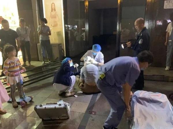 Thấy cửa kính khổng lồ đổ ập xuống 3 đứa trẻ, người mẹ 2 con quyết lao mình vào chống đỡ khiến bản thân bị thương nặng-2