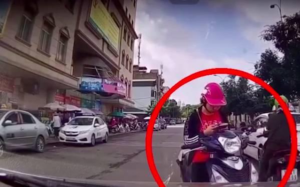 Cô gái trẻ dừng xe giữa đường nhắn tin, nhưng thái độ cực kì cứng khi bị tài xế ô tô nhắc nhở mới gây chú ý-1