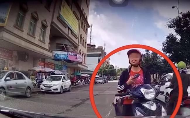 Cô gái trẻ dừng xe giữa đường nhắn tin, nhưng thái độ cực kì cứng khi bị tài xế ô tô nhắc nhở mới gây chú ý-2