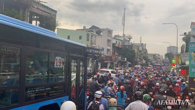 TP.HCM: Mưa lớn khiến đường ngập, cây gãy và kẹt xe, người dân lại khốn khổ lội bì bõm về nhà-2