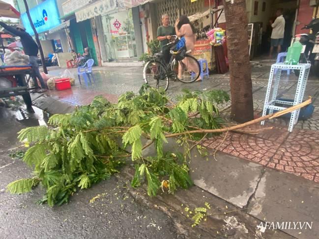 TP.HCM: Mưa lớn khiến đường ngập, cây gãy và kẹt xe, người dân lại khốn khổ lội bì bõm về nhà-10