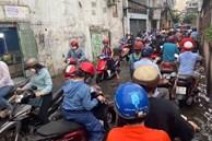 TP.HCM: Mưa lớn khiến đường ngập, cây gãy và kẹt xe, người dân lại khốn khổ lội bì bõm về nhà