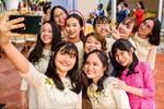 Lộ khoảnh khắc hiếm hoi duy nhất của vợ sắp cưới Công Phượng trong đám hỏi sáng nay: Trang điểm sắc sảo, nổi bật giữa team chị em xinh đẹp