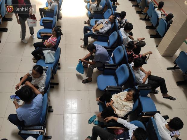 Ảnh: Nắng nóng gần 40 độ C ở Hà Nội, người nhà bệnh nhân vạ vật gần hành lang, dưới bóng cây trong bệnh viện-1