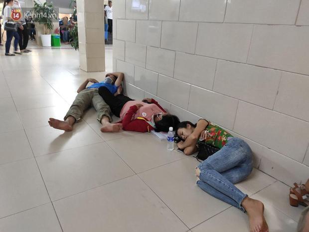 Ảnh: Nắng nóng gần 40 độ C ở Hà Nội, người nhà bệnh nhân vạ vật gần hành lang, dưới bóng cây trong bệnh viện-2
