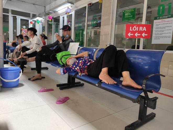Ảnh: Nắng nóng gần 40 độ C ở Hà Nội, người nhà bệnh nhân vạ vật gần hành lang, dưới bóng cây trong bệnh viện-6
