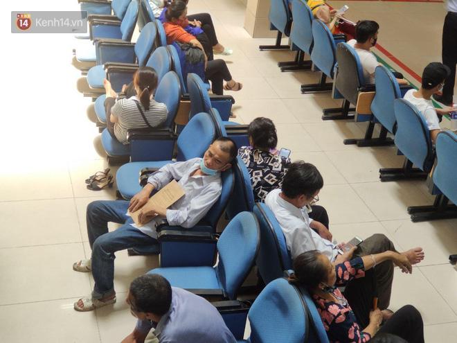 Ảnh: Nắng nóng gần 40 độ C ở Hà Nội, người nhà bệnh nhân vạ vật gần hành lang, dưới bóng cây trong bệnh viện-7
