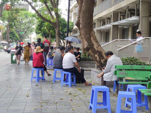 Ảnh: Nắng nóng gần 40 độ C ở Hà Nội, người nhà bệnh nhân vạ vật gần hành lang, dưới bóng cây trong bệnh viện-10