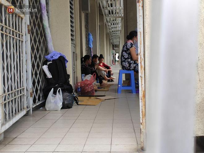 Ảnh: Nắng nóng gần 40 độ C ở Hà Nội, người nhà bệnh nhân vạ vật gần hành lang, dưới bóng cây trong bệnh viện-11