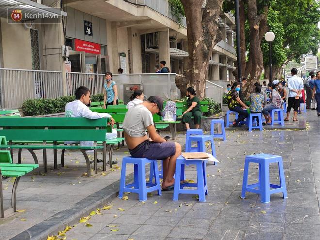 Ảnh: Nắng nóng gần 40 độ C ở Hà Nội, người nhà bệnh nhân vạ vật gần hành lang, dưới bóng cây trong bệnh viện-12