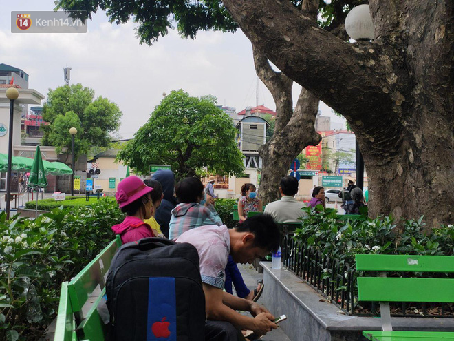 Ảnh: Nắng nóng gần 40 độ C ở Hà Nội, người nhà bệnh nhân vạ vật gần hành lang, dưới bóng cây trong bệnh viện-13