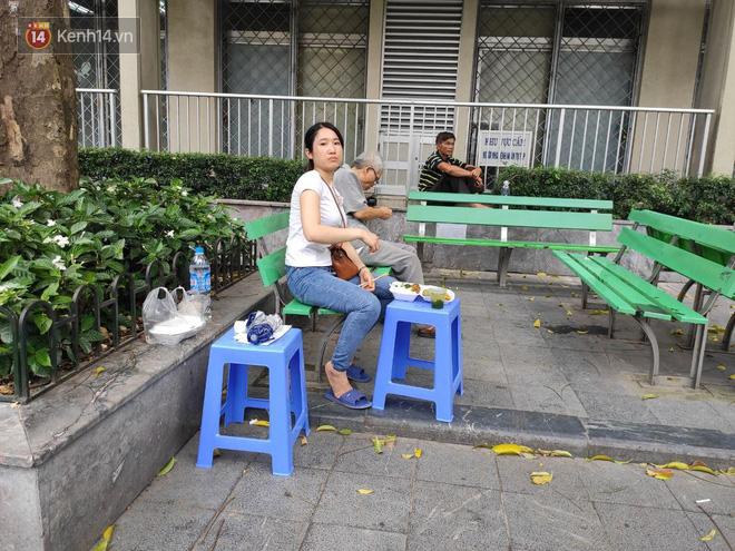 Ảnh: Nắng nóng gần 40 độ C ở Hà Nội, người nhà bệnh nhân vạ vật gần hành lang, dưới bóng cây trong bệnh viện-15