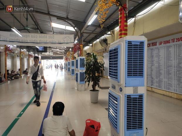 Ảnh: Nắng nóng gần 40 độ C ở Hà Nội, người nhà bệnh nhân vạ vật gần hành lang, dưới bóng cây trong bệnh viện-8