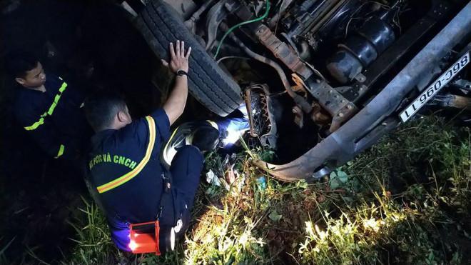 Xe tải lao xuống suối trong đêm, 2 người tử nạn-1