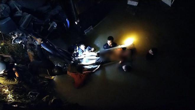 Xe tải lao xuống suối trong đêm, 2 người tử nạn-3
