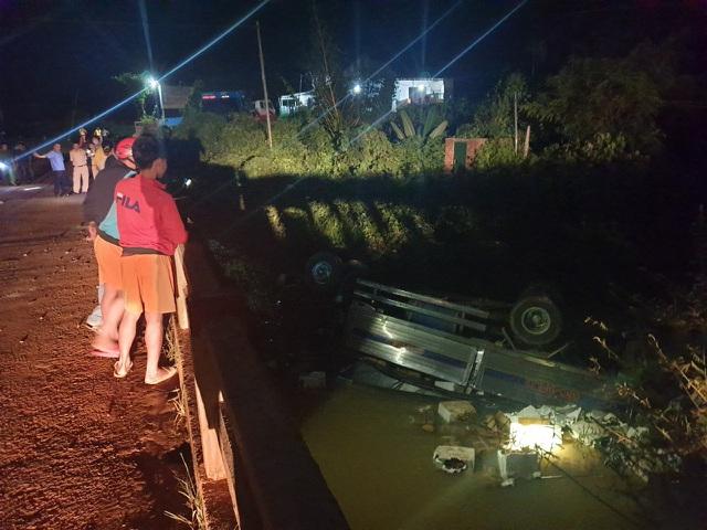 Xe tải lao xuống suối trong đêm, 2 người tử nạn-4
