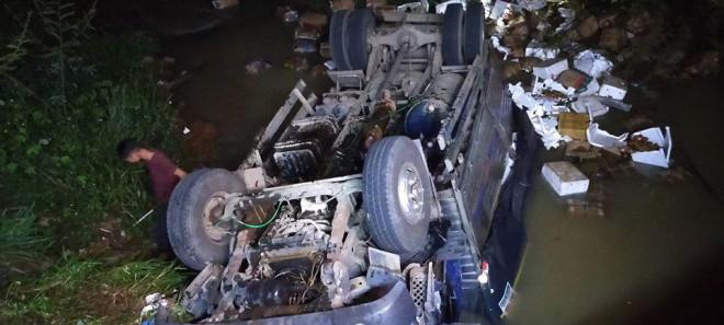 Xe tải lao xuống suối trong đêm, 2 người tử nạn-2