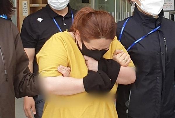 Mẹ kế nhốt con gái riêng của chồng trong vali suốt 7 tiếng khiến đứa trẻ tử vong, tỏ thái độ thản nhiên khi nạn nhân được đưa đi cấp cứu-1