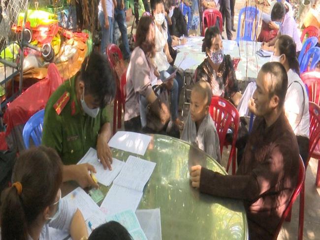Xôn xao hình ảnh các sư thầy Tịnh Thất Bồng Lai đi resort tránh nắng, khoe body 6 múi ở hồ bơi sau ồn ào bị điều tra-1