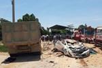 Xe tải chở đất đè bẹp xe con, 3 người trong gia đình tử vong, 1 bé trai nguy kịch