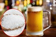 Đổ muối ăn vào lon bia thừa, cô gái không ngờ ra thành phẩm hữu ích thế này
