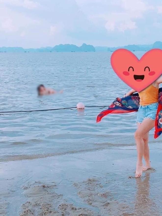 Hình ảnh cặp đôi tạo dáng với tư thế phản cảm khi đi tắm biển khiến nhiều người nóng mắt-1