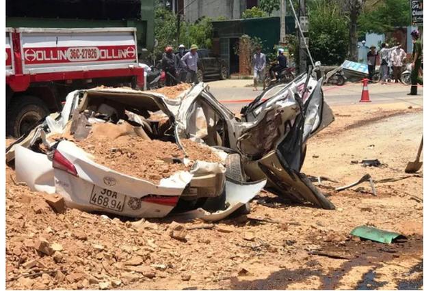 Vụ tai nạn 3 người chết ở Thanh Hoá: Kinh hoàng clip ghi lại cảnh ô tô 4 chỗ gần như bất động trước khi bị xe ben đè nát-1