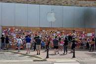 Apple Store quây kín ván gỗ bên ngoài để tránh bị người biểu tình 'hôi của'