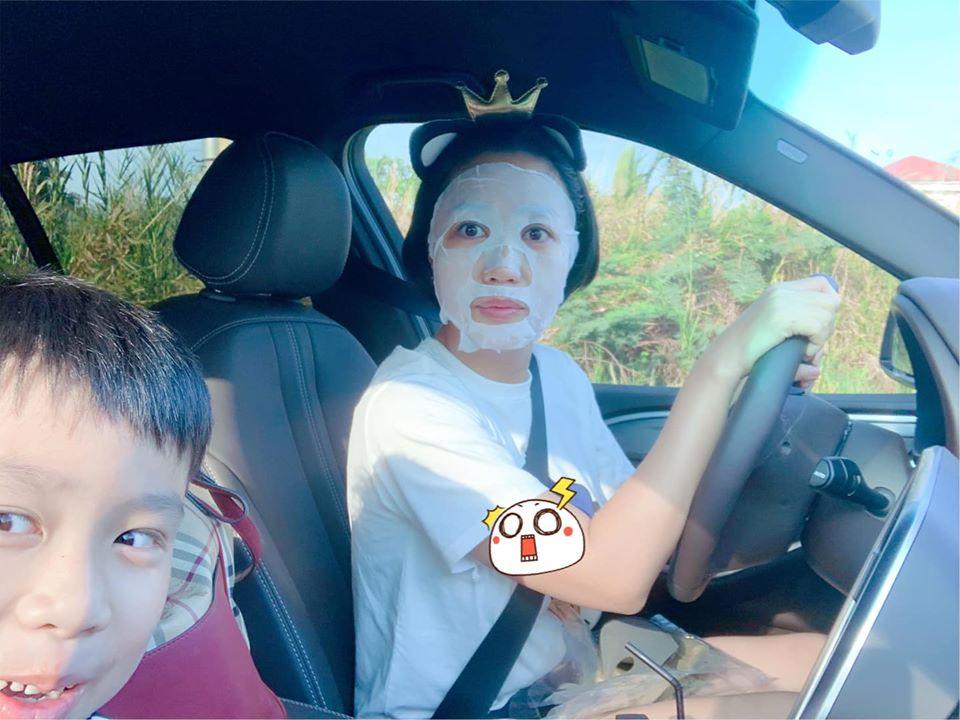 Ốc Thanh Vân tranh thủ vừa đắp mặt nạ, vừa đưa con đến trường