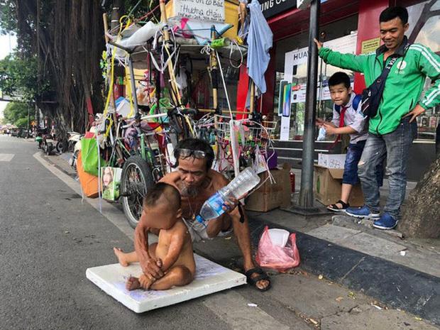 Sức khỏe bé 18 tháng tuổi trần truồng ngồi trên thùng xốp mưu sinh giữa trưa nắng Hà Nội hiện giờ ra sao?-1