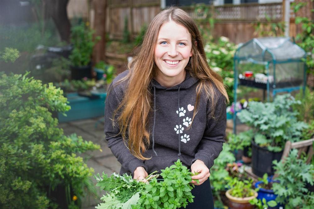 Cô gái xinh đẹp luôn tràn ngập năng lượng hạnh phúc khi trồng cả khu vườn toàn rau quả sạch-1