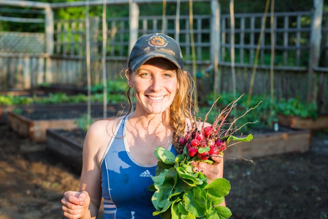 Cô gái xinh đẹp luôn tràn ngập năng lượng hạnh phúc khi trồng cả khu vườn toàn rau quả sạch-22