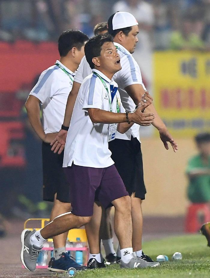 CĐV Nam Định chửi bới, ném vật thể lạ xuống sân khiến tuyển thủ U23 giật nảy mình-1