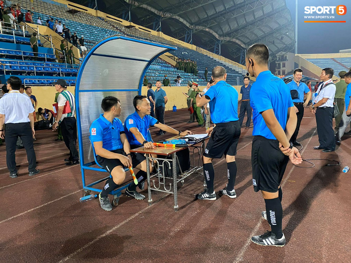 CĐV Nam Định chửi bới, ném vật thể lạ xuống sân khiến tuyển thủ U23 giật nảy mình-2